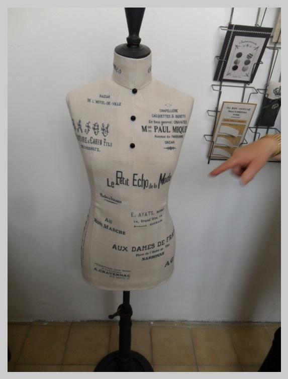 Buste brodé à partir d'en-têtes de factures de magasins Narbonnais ou régionaux  tous en rapport avec le fil ou le tissus. Exceptionnel !!!