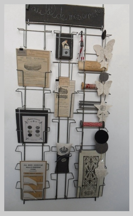 Broderies et objets de brocante sur un ancien présentoir de cartes postales !