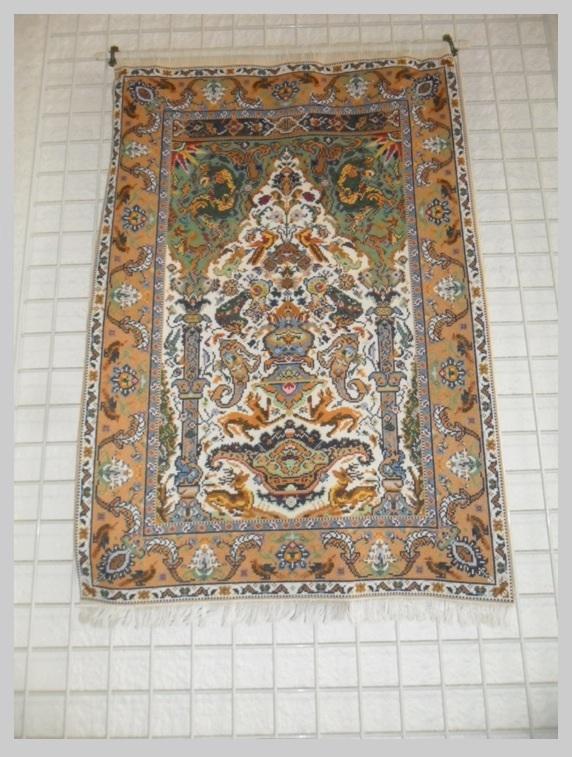 Un tapis que nous avons plus l'habitude de voir brodé en miniature. Celui-ci était de taille importante. Combien de points ? .......