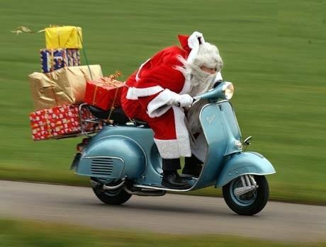 Père Noël en Vespa gif