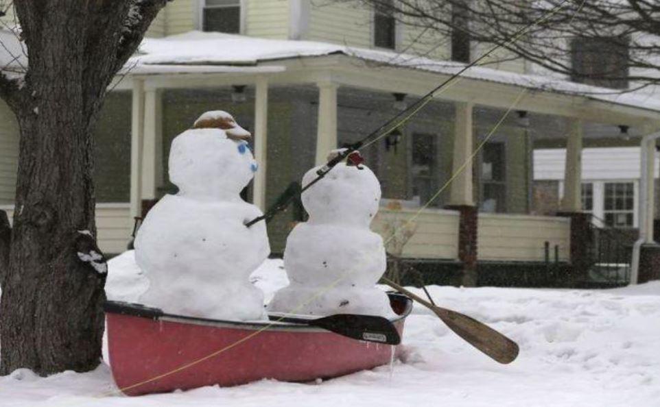 Bonhommes de neige en barque